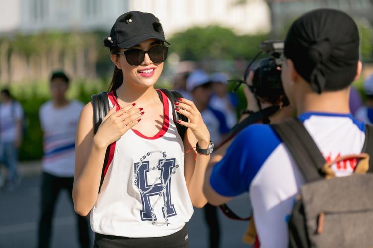"""""""Tập luyện thể thao giúp mỗi chúng ta không chỉ khoẻ mạnh mà còn giúp tinh thần luôn tươi tỉnh, tràn đầy năng lượng trong cuộc sống. Là một người trẻ, tôi muốn truyền cảm hứng đến tất cả mọi người cùng nhau tập luyện để nâng cao sức khoẻ cộng đồng, góp phần thay đổi cuộc sống"""", Á hậu Hoàn vũ Việt Nam 2015 chia sẻ."""