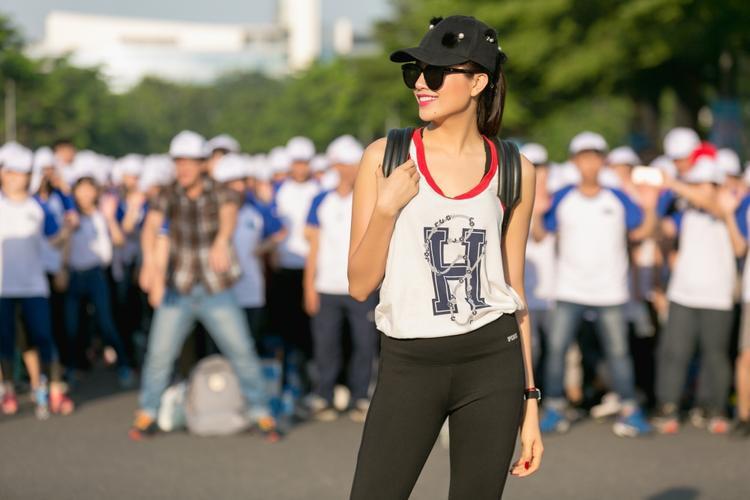 Cô diện trang phục thể thao, kết hợp mắt kính và mũ có hoạ tiết để hoàn thiện vẻ ngoài năng động cho hoạt động ngoài trời ý nghĩa lần này.