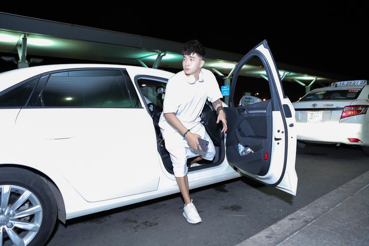 Xuất hiện tại sân bay Tân Sơn Nhất (TP.HCM) lúc nửa đêm, Chi Dân diện nguyên cây trắng thể thao năng động.