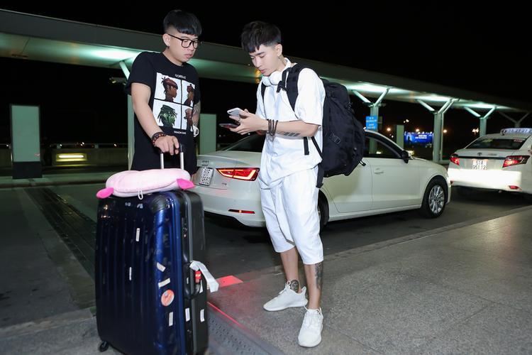 Vừa trở về sau chuyến biểu diễn tại các tỉnh thành, Chi Dân ngay lập tức thu xếp hành lý và đi thẳng ra sân bay để kịp giờ bay.