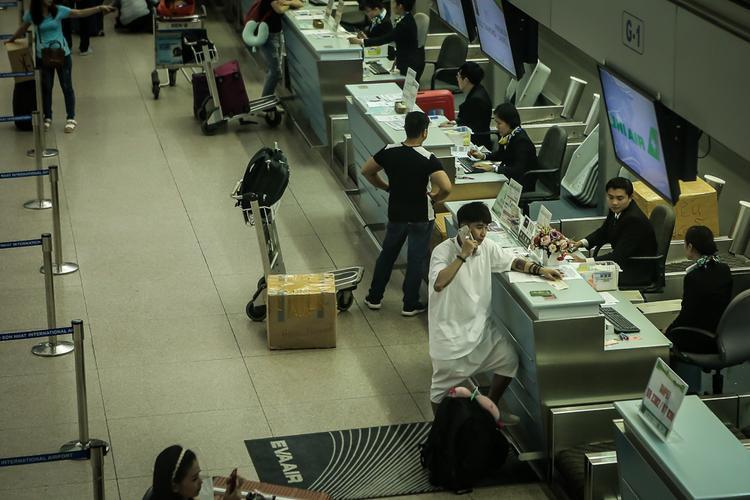 Chi Dân xuất hiện tại sân bay lúc nửa đêm, lộ rõ vẻ mệt mỏi