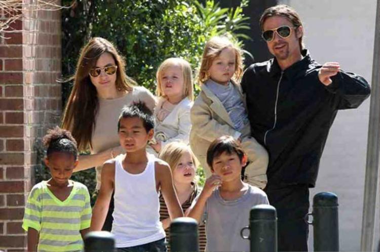 Brad Pitt, Angelina Jolie cùng các con một nhà 8 người hạnh phúc trước đây.