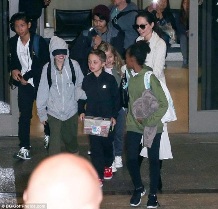 Hình ảnh mới nhất của Angelina Jolie cùng bọn trẻ. Nữ diễn viên thường xuyên đưa các con đi nhà sách, ăn uống và tham dự các gian hàng triển lãm.