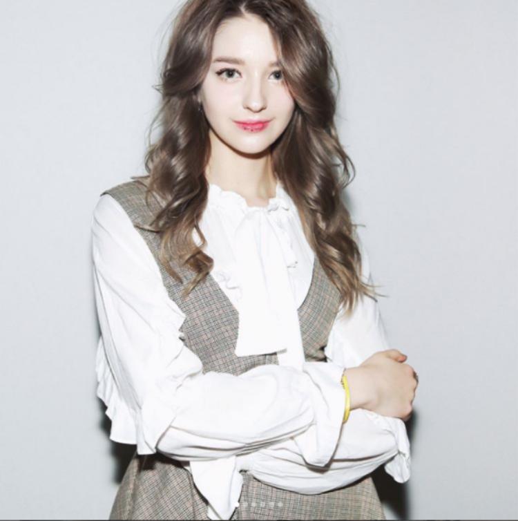 Lối ăn mặc cũng như trang điểm của Angelina mang đặc trưng của các cô gái trẻ Hàn Quốc hiện đại.