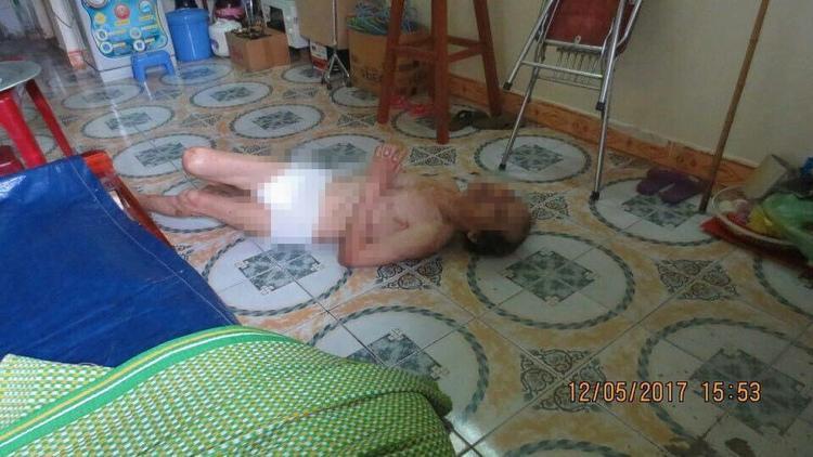 Phẫn nộ cảnh cha già 67 tuổi bị con gái và con rể đánh đập, bỏ đói dưới nền nhà lạnh