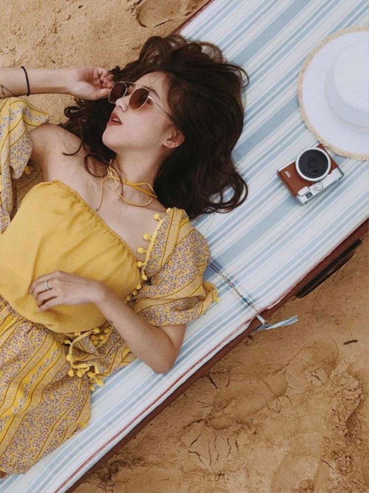Từ trang phục cho đến phụ kiện đều rât ton-sur-ton, cô nhanh chóng ghi lại hình ảnh xinh đẹp của mình khi tận hưởng một chuyến dã ngoại tại bãi biển những ngày chớm hè.