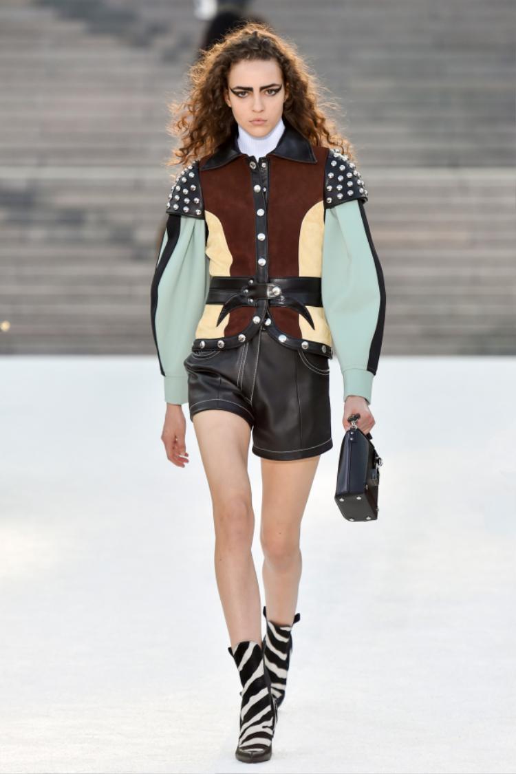 Những mẫu áo khoác độc đáo với phần cầu vai khiến mọi người liên tưởng ngay đến những trang phục của các dũng sĩ Samurai.