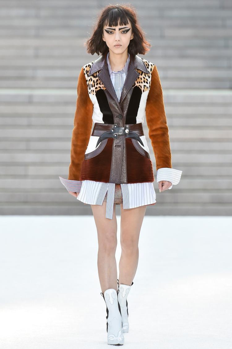 Chiếc jacket thể hiện đầy sự mạnh mẽ, kết hợp giữa hai chất liệu nhung và da.