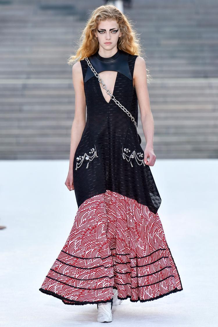 Chiếc đầm dài bồng bềnh chấm gót tạo dáng vẻ uyển chuyển nhưng vẫn không giấu đi nét hùng dũng, gai góc của sắc đen trên thân váy.