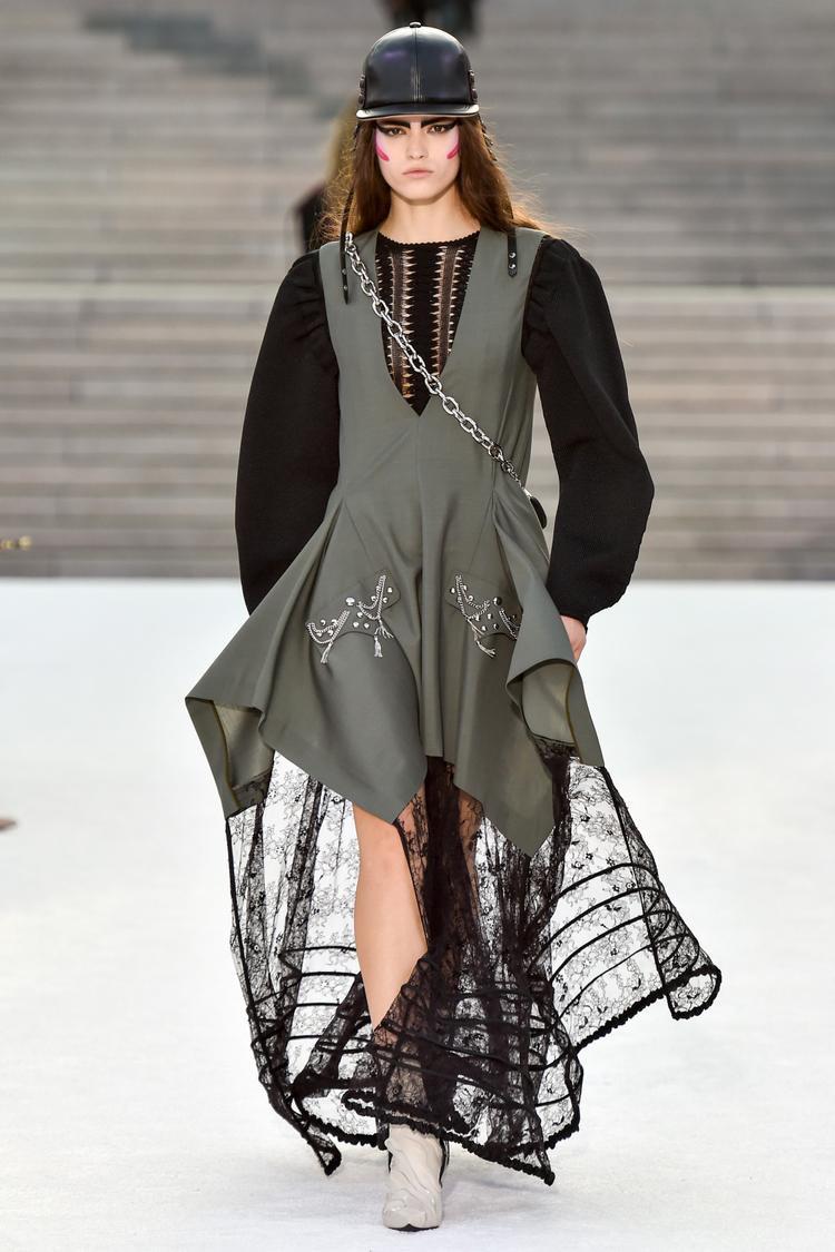 Giải phóng cho sự gò bó da thịt của phụ nữ, những chiếc váy may bồng bềnh thướt tha chấm đất phá cách lạ lẫm như đặt một câu hỏi lớn cho việc định hình phong cách của Louis Vuitton tại bộ sưu tập năm nay.
