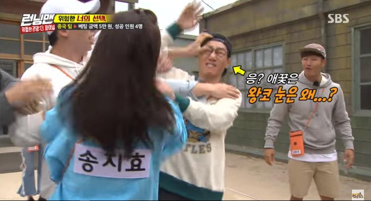 Kookie nép vào một bên trước sự giận dữ của Ji Hyo.