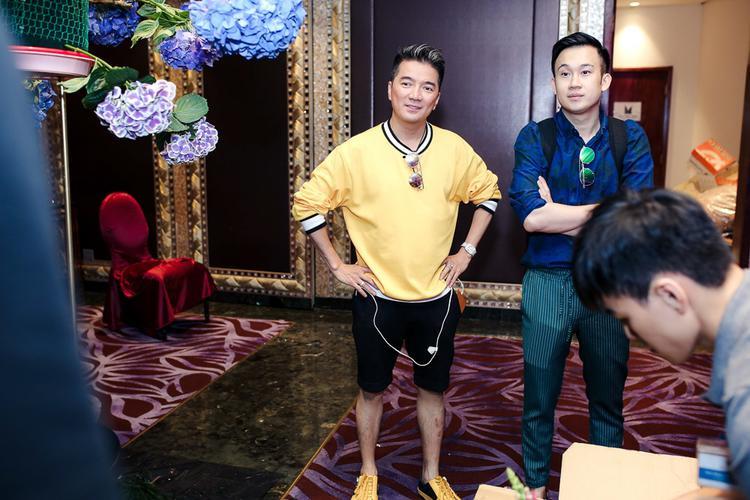 Mới đây, Đàm Vĩnh Hưng và Dương Triệu Vũ đã có mặt địa điểm tổ chức buổi tiệc kỷ niệm tình tri kỷ giữa hai người để kiểm tra lại toàn bộ khâu chuẩn bị, trang trí trước khi chương trình chính thức bắt đầu vào tối nay (15/5).