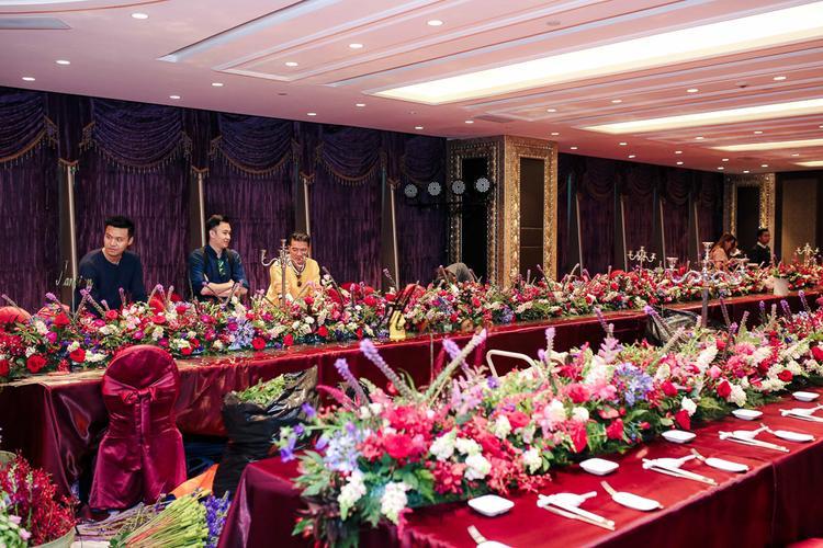 Toàn bộ hoa đều được nhập ngoại và trị giá hàng trăm triệu đồng.