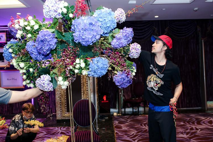 Để chúc mừng mối quan hệ của Mr. Đàm và Dương Triệu Vũ, Lý Quí Khánh quyết định tặng toàn bộ hoa cho buổi tiệc.