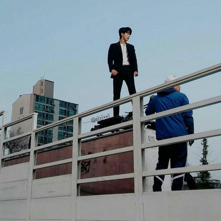 Dù chỉ là ảnh chụp lén bằng camera thường nhưng Nam Joo Hyuk đã vô cùng long lanh.