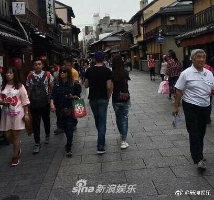 Cả hai nắm chặt tay nhau không rời trên đường phố Kyoto.