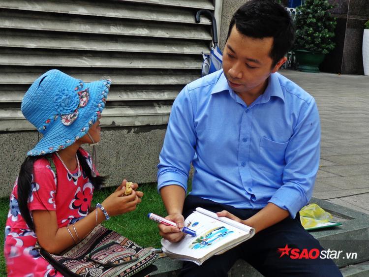 Vì nhận thức của bé khác những đứa trẻ cùng trang lứa nên anh Hà Tú buộc phải linh hoạt điều chỉnh cách dạy cho phù hợp.
