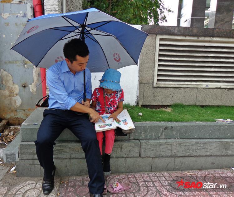 Lớp học dưới bóng dù của anh nhân viên ngân hàng và cô bé bán vé số
