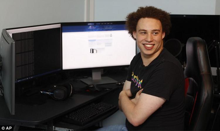 Sống ẩn dật cùng bố mẹ và em trai tại Anh. Marcus dành hầu hết thời gian trong căn phòng đầy máy tính của mình.