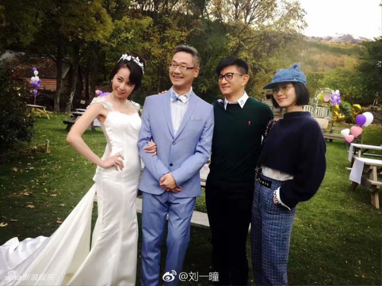 Lưu Thi Thi mang giày khắc tên hai vợ chồng, tình tứ tại nước ngoài cùng Ngô Kỳ Long