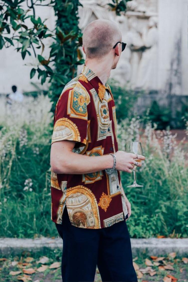 …để hẳn vạt áo ra ngoài cũng không thành vấn đề với Hawaii shirt.