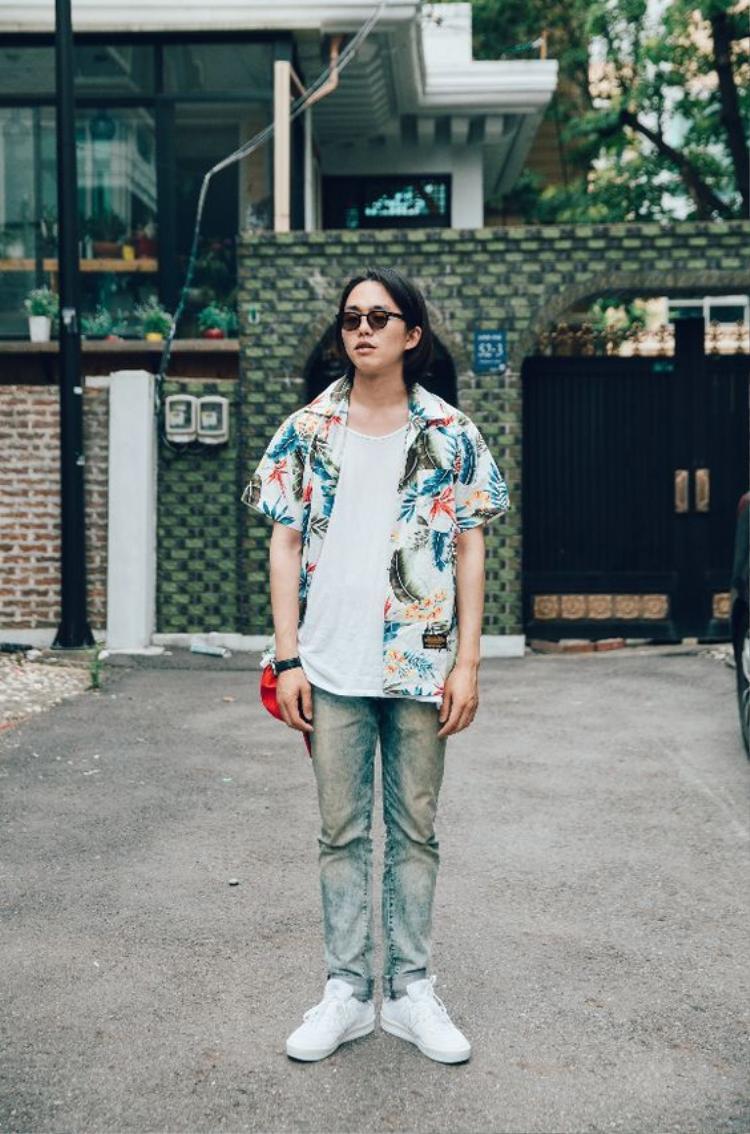 Đừng lo ngại vì dù có kết hợp với quần tây đen, short hay jeans thì bộ trang phục cũng sẽ mang lại cho các chàng vẻ ngoài vô cùng sành điệu.