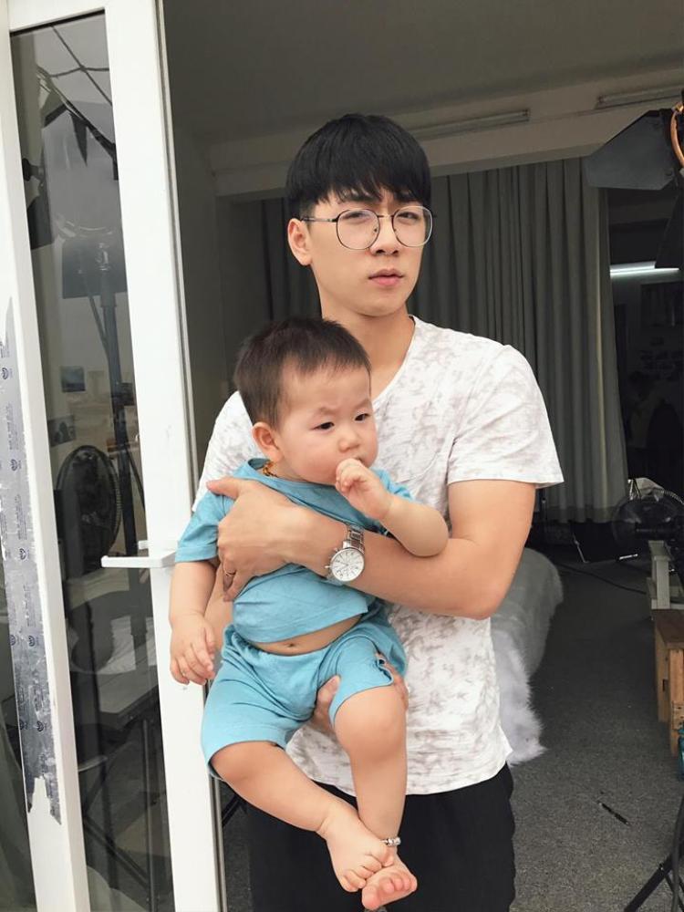"""Từ khi có bé Đậu, Ba Duy trở thành một ông bố 9X tháo vát. Gần đây nhất, ông bố trẻ còn khoe việc """"trổ tài"""" mặc bỉm cho cậu con trai."""