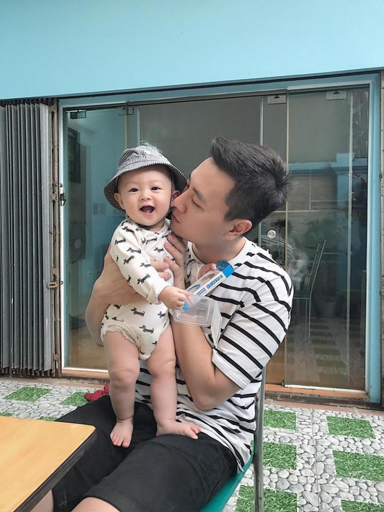 Kiên Hoàng là một ông bố rất biết cách chăm sóc gia đình và chắc hẳn sẽ nhiều người ước muốn có một người đàn ông sở hữu hình mẫu lý tưởng như anh.