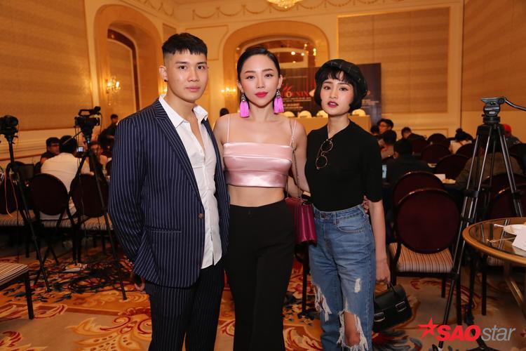 Tóc Tiên sexy bên 2 học trò The Voice của mình trong buổi họp báo.
