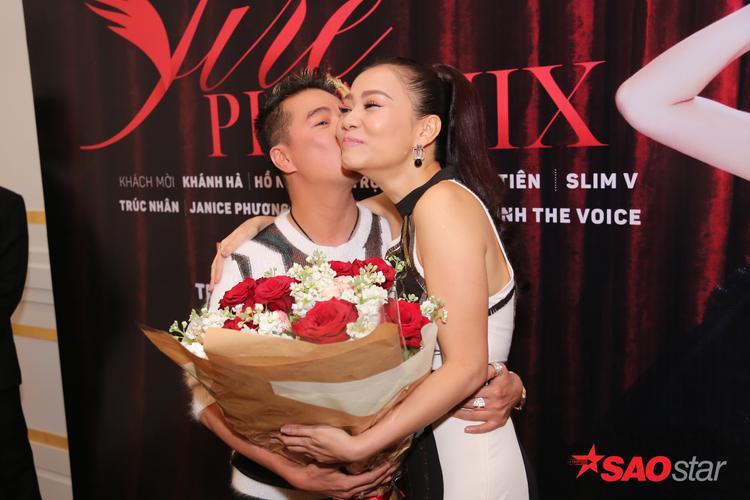 Đàm Vĩnh Hưng và Thu Minh không ngần ngại thể hiện tình cảm trước báo giới.