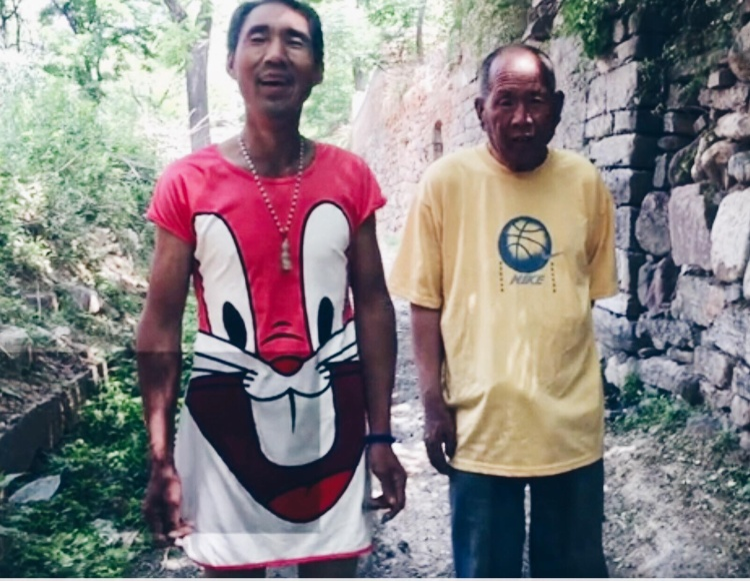 Cụ ông đồng tính mặc váy lượm rác mỗi ngày nuôi bạn đời 72 tuổi