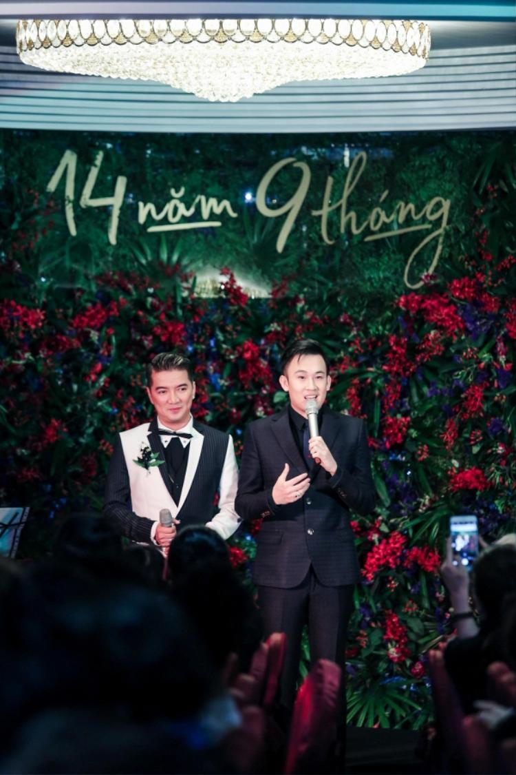 Đàm Vĩnh Hưng và Dương Triệu Vũ trong buổi tiệc kỷ niệm 14 năm 9 tháng.