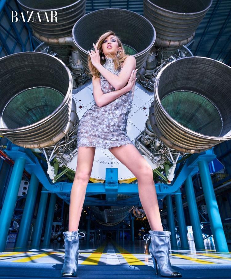 Chân dài tạo dáng thần sầu trong chiếc đầm lấp lánh của Miu Miu mix cùng boots phá cách của Tom Ford.