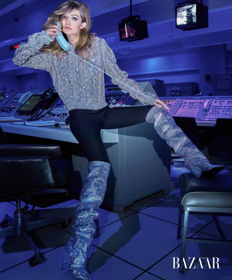 """""""Cô gái Robot"""" Gigi Hadid diện nguyên cây từ áo, quần jean đến boots lấp lánh của nhà Saint Laurent."""
