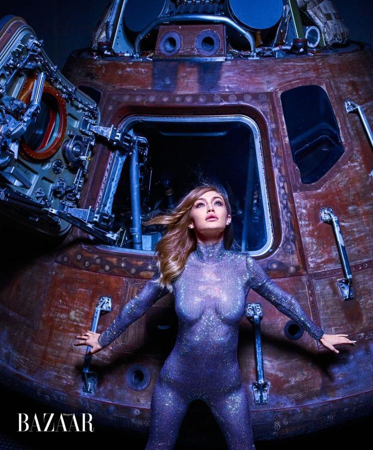 Cuộc du hành đến mặt trăng trên con tàu của phi hành đoàn Apollo 14. Gigi quyến rũ khoe trọn đường cong trong bộ jumpsuit của Gucci.