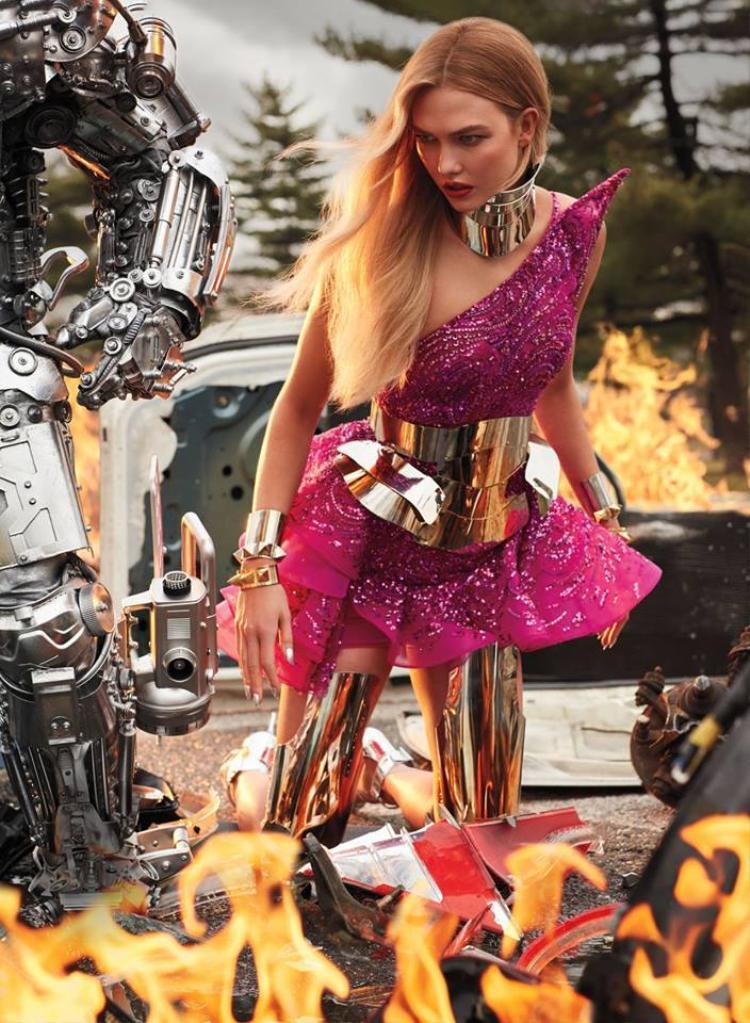 """Mô phỏng hình tượng nhân vật robot, Karlie Kloss như bước ra từ một trận chiến thực sự của cuộc """"đại chiến robot"""". Chiếc đầm cứng cáp, """"sắc cạnh"""" là thiết kế đến từ Zuhair Murad."""