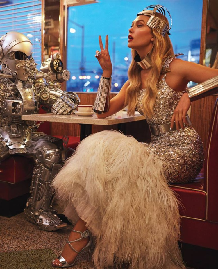 Phụ nữ cứng cỏi, mạnh mẽ nhưng không có nghĩa mất đi sự quyến rũ. Karlie Kloss diện đầm couture của nhà mốt Chanel , lột tả nhiều sắc thái trên cùng một shot hình : vừa kiêu kỳ, điệu đà vừa đậm chất fancy ngoài hành tinh.