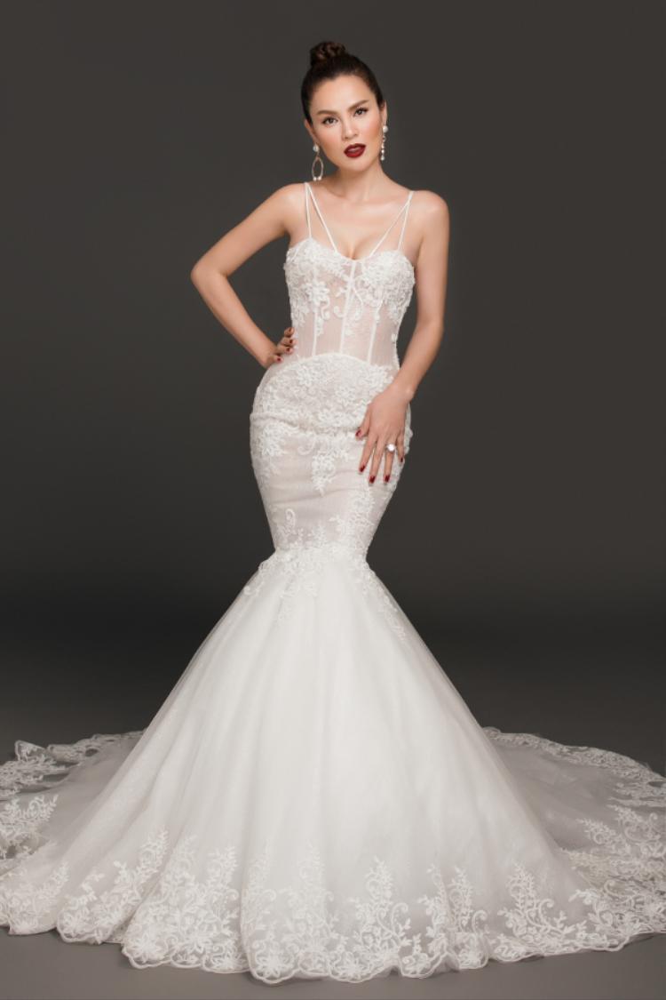 Trong trang phục dạ hội đuôi cá vô cùng gợi cảm và sang trọng, càng tôn lên vóc dáng hoàn hảo và làn da trắng mịn của người đẹp.