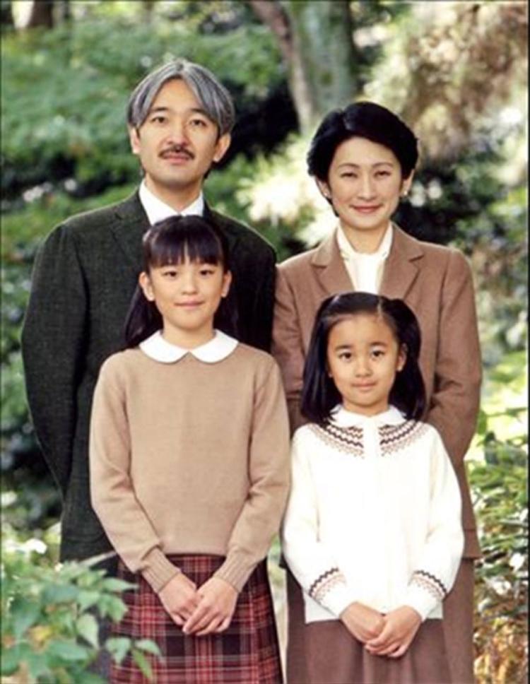Công chúa Mako (phía dưới, bên trái) chụp ảnh cùng bố mẹ và em gái.