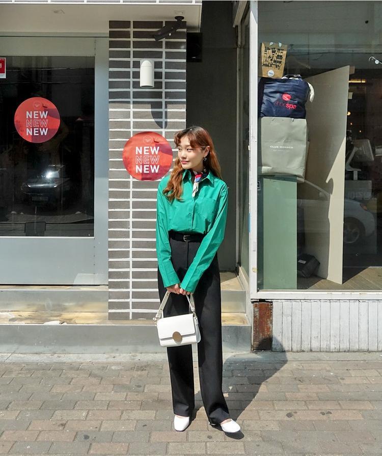 Bạn đã thử nghiệm style menswear bao giờ chưa? Nếu chưa điều đó sẽ khiến phong cách ăn mặc của bạn trở nên thú vị hơn. Ngoài áo sơ mi là item mix chính cùng kiểu quần này, khăn choàng cổ mini và thắt lưng là hai điểm nhấn giúp bạn có một outfit hoàn hảo.