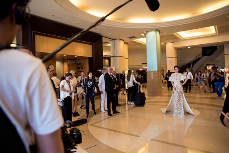 Bởi năm nay là cột mốc quan trọng với Lý Nhã Kỳ ở LHP Cannes khi cô được tạp chí The Hollywood Reporter, tạp chí chuyên ngành điện ảnh hàng đầu của Mỹ, lựa chọn giới thiệu là gương mặt mới, tiếng nói mới đến từ Việt Nam.