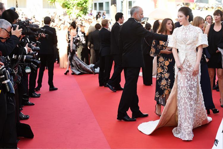 Trên thảm đỏ Lễ khai mạc LHP Cannes 2017, Lý Nhã Kỳ một lần nữa mang lại những khoảnh khắc tuyệt đẹp với bộ đầm của đến từ thương hiệu Ashi Collection 2017.