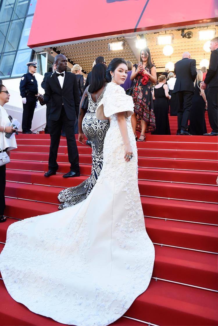 Bộ đầm Couture dành riêng cho Lý Nhã Kỳ này được khâu tay thủ công trong 300 giờ giúp cô khoe vẻ đẹp lộng lẫy như một bà hoàng trên thảm đỏ khai mạc.