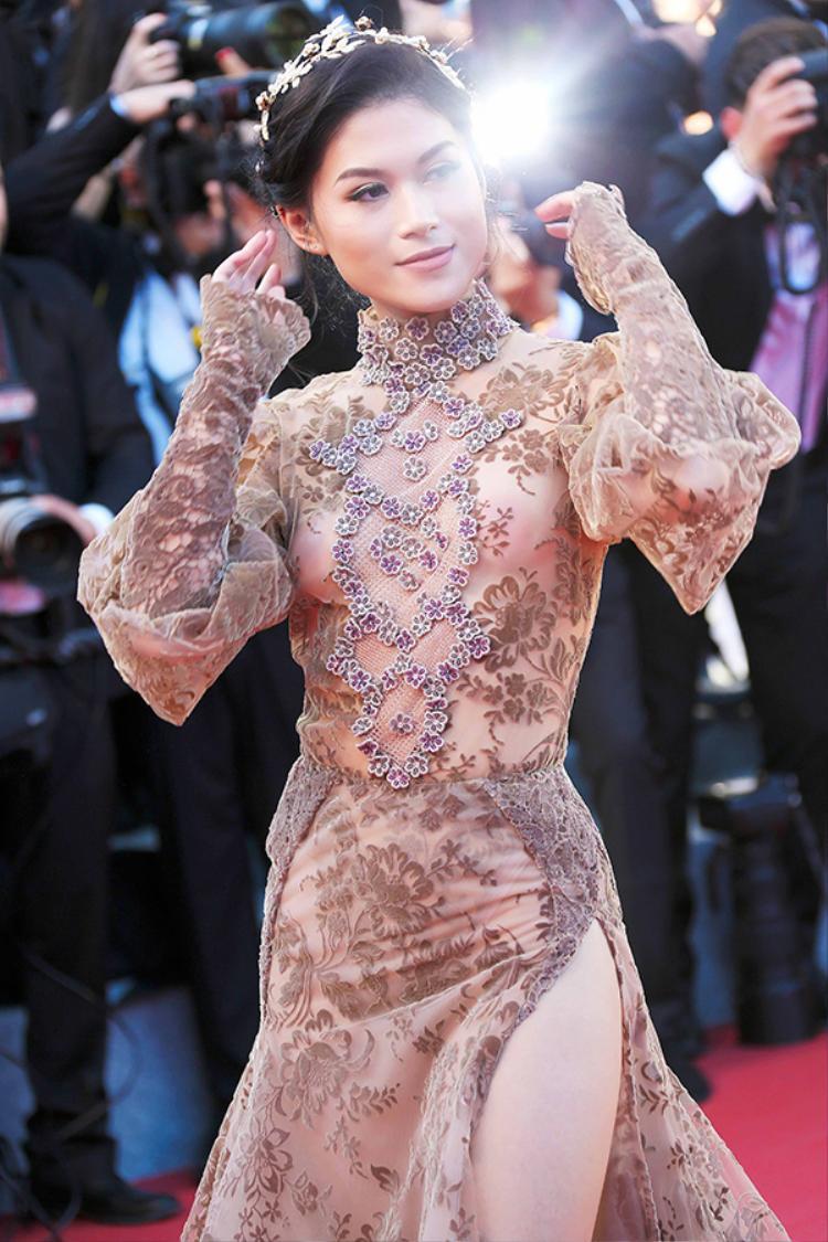 Được biết, việc lựa chọn trang phục cho Ngọc Thanh Tâm tại Cannes do một ê-kíp chuyên nghiệp đến từ Paris. Chính họ là cây cầu nối Ngọc Thanh Tâm đến với nhà thiết kế Galia Lahav.