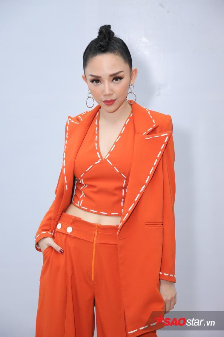 Tóc Tiên nổi bần bật với trang phục cam cùng mái tóc tết ấn tượng