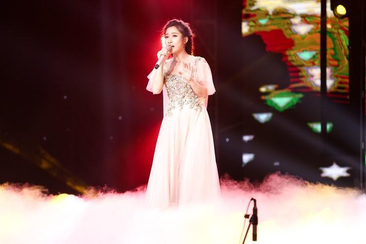 Hellen Thủy nắm tay Hoàng Oanh đại diện team Ông hoàng nhạc Việt vào Bán kết Thần tượng Bolero