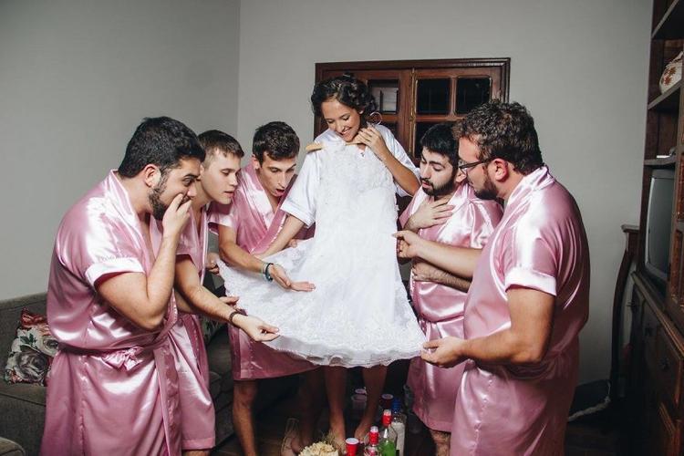 Đàn ông cũng có thể chọn cho người bạn gái thân thiết của mình bộ váy cưới xinh nhất.