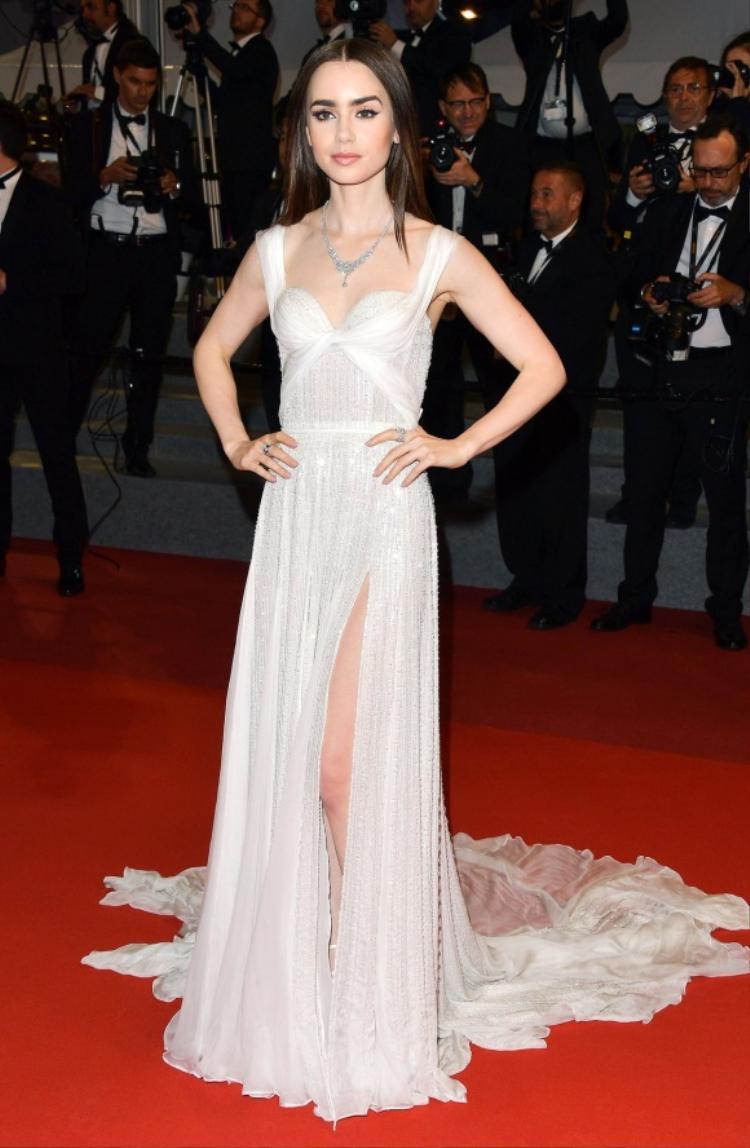Lily Collins - nữ diễn viên Gương kia ngự ở trên tường mảnh maitrong chiếc đầm couture nằm thuộcbộ sưu tập mùa xuân 2017 của thương hiệu Ralph & Russo.
