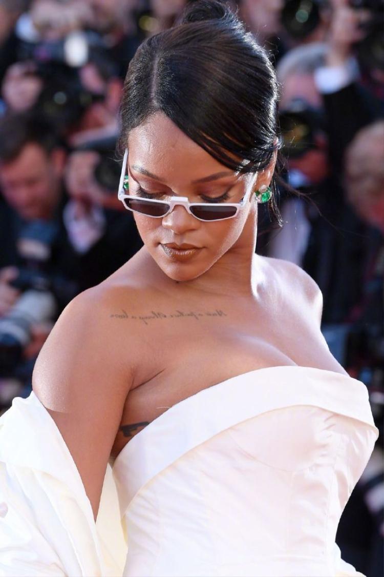 Ngôi sao âm nhạc 29 tuổi khoe ngực căng đầy trên chiếc đầm dạ hội được cắt may tinh tế.