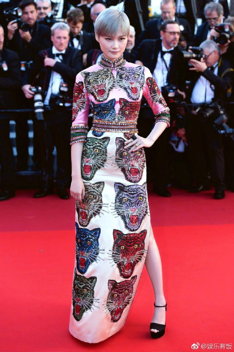 Ca sĩ/diễn viên Lý Vũ Xuân diện thiết kế sườn xám của Gucci. Đây là bộ trang phục do chính tay nhà thiết kế Alessandro Michele thực hiện.